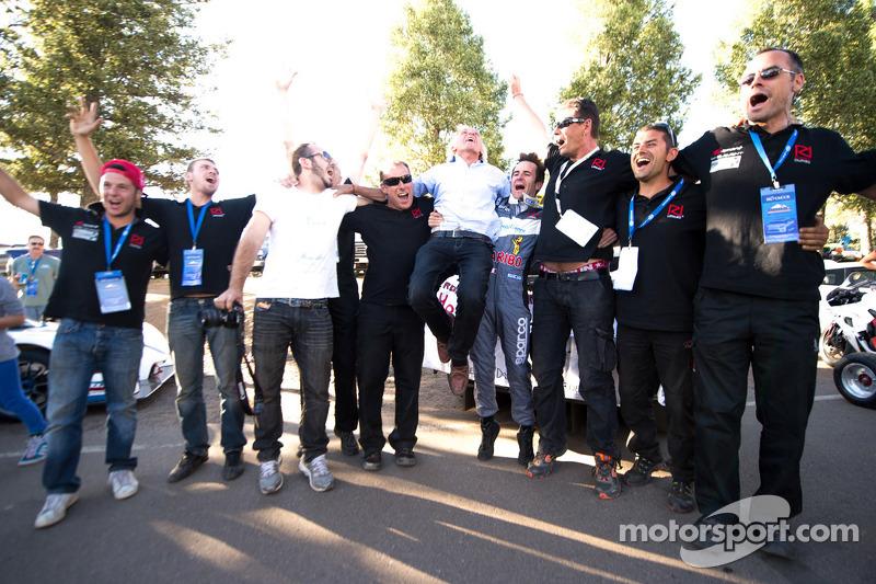 Romain Dumas celebra con Norbert Santos y su equipo