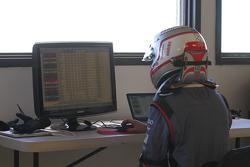 Romain Dumas tiene conto del tempo sul pc durante la riunione