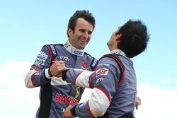 Romain Dumas y Vincent Beltoise celebran