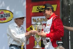 法拉利挑战赛领奖台:第三名卡洛斯·孔德与蒙特朗布朗赛道建立者莱奥·参孙