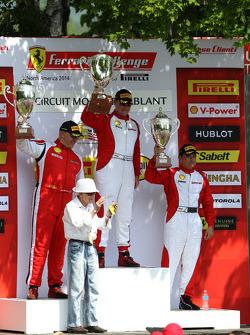 法拉利挑战赛领奖台:冠军克里斯·鲁德,第二名乔恩·贝克尔,第三名卡洛斯·孔德