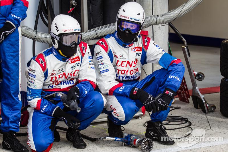 丰田车队车队成员等待进站