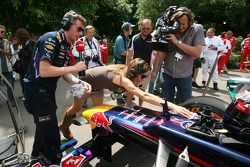 Natalie Pinkham aiuta una Red Bull