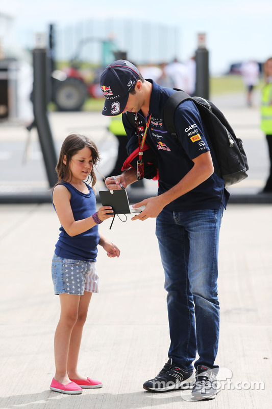 Daniel Ricciardo, Red Bull Racing dá autógrafo