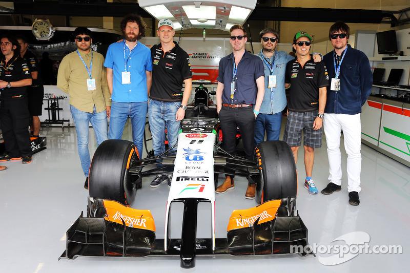 I Kaiser Chiefs con Nico Hulkenberg, Sahara Force India F1 e il suo compagno di squadra Sergio Perez, Sahara Force India F1