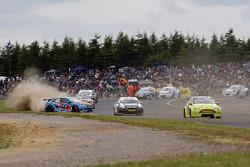 Robb Holland, Rotek Racing, gaat midden in het veld dwars