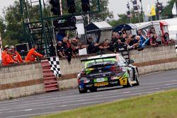 Colin Turkington, eBay Motors, remporte la 13e manche