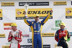 Podium: racewinnaar Andrew Jordan, tweede plaats Rob Collard, derde plaats Gordon Shedden