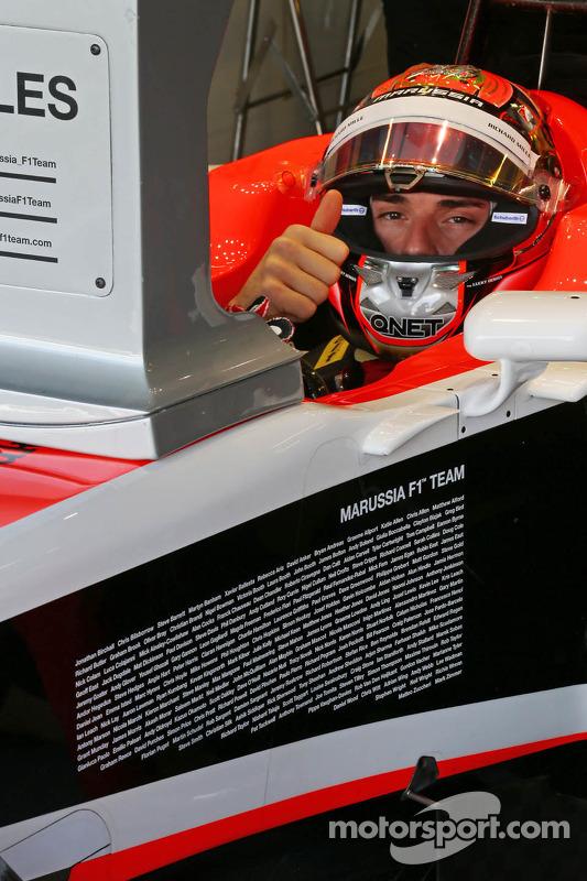 玛鲁西亚F1车队MR03赛车车手朱尔斯·比安奇和玛鲁西亚车队全体员工