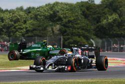 Marcus Ericsson, Caterham CT05 FP1'de spin atıyor ve duruyor, Esteban Gutierrez tarafından geçiliyor