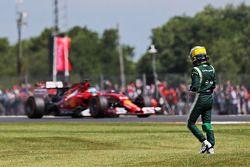 Marcus Ericsson, Caterham FP1'de spin atıyor ve duruyor, Fernando Alonso tarafından geçiliyor