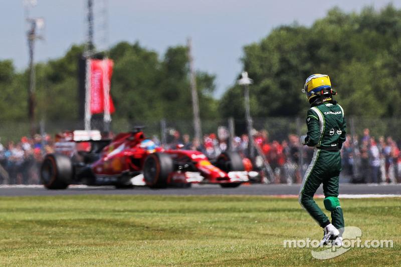 Marcus Ericsson, Caterham gira y se detiene durante la FP1 mientras Fernando Alonso, Ferrari F14-T p