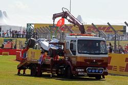 威廉姆斯研发车手苏茜·沃尔夫的FW36赛车,在第一次自由练习中,被盖好架在卡车上送回维修区