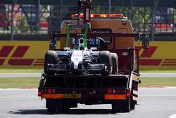 威廉姆斯研发车手苏茜·沃尔夫的FW36赛车,在第一次自由练习停车后,被盖好架在卡车上送回维修区