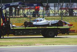 Felipe Massa'nın Williams FW36'sı FP1'deki kazadan sonra çekici arkasında pite dönüyor