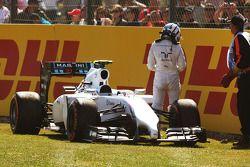 Susie Wolff, Williams FW36 Geliştirme Pilotu FP1 esnasında pistte duruyor