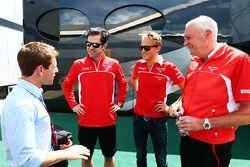Anthony Davidson, avec Marc Hynes, Marussia F1 Team ; Max Chilton, Marussia F1 Team; et John Booth, Marussia F1 Team
