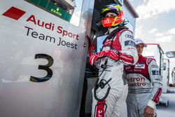 Oliver Jarvis Y Marco Bonanomi en el muro de boxes después de la accidente de Loic Duval