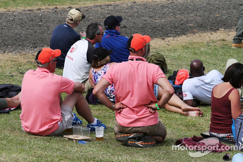Taraftarlar John Button anısına 'Pink for Papa' kıyafetini giyiyor, McLaren