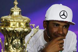 Vencedor Lewis Hamilton, Mercedes AMG F1 na conferência de imprensa da FIA