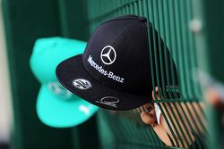 Fans und Mercedes-Kappe