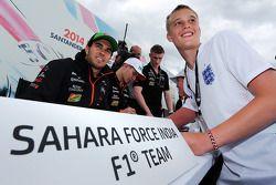 Sergio Perez, Sahara Force India F1; Nico Hülkenberg, Sahara Force India F1, schreibt Autogramme