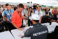 Lewis Hamilton, Mercedes AMG F1, schreibt Autogramme