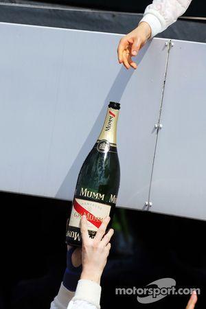 Valtteri Bottas, Williams podyumda ikinci sıra için kutlama yapıyor