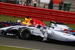 Valtteri Bottas, Williams FW36 ve Sebastian Vettel, Red Bull Racing RB10 pozisyon için mücadele ediy