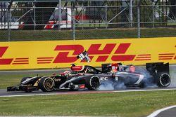 Unfall: Pastor Maldonado, Lotus F1 E22; Esteban Gutierrez, Sauber C33