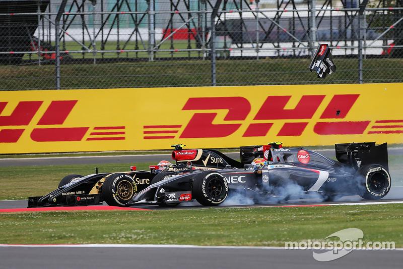 Pastor Maldonado, Lotus F1 E21 and Esteban Gutierrez, Sauber C33 chocan