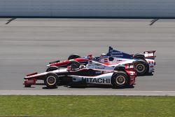 Helio Castroneves, Penske Racing Chevrolet e Takuma Sato, AJ Foyt Enterprises Honda