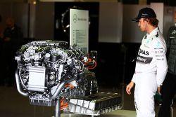 Nico Rosberg, Mercedes AMG F1 yol otomobilinin Mercedes motorunu inceliyor