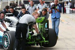 Nico Rosberg, Mercedes AMG F1 W05 arka kanatta ve arka difüzörde akışı gösteren boyayla birlikte