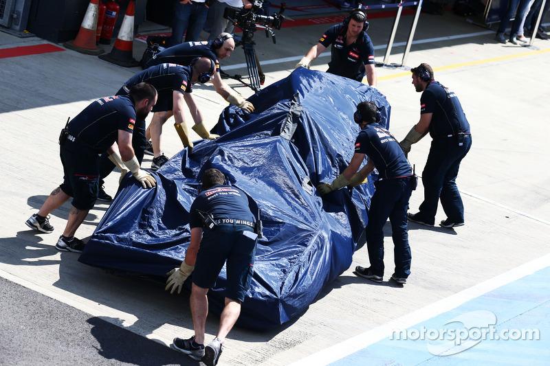 La Scuderia Toro Rosso STR9 di Jean-Eric Vergne, Scuderia Toro Rosso viene portata di nuovo ai box