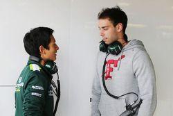 (Da sinistra a destra): Rio Haryanto, Caterham F1 Team Test Driver con Nathanael Berthon, Caterham F