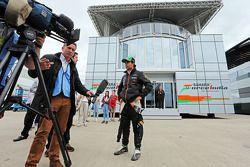 Sergio Perez, Sahara Force India F1 ve Craig Slater, Sky F1 Röportajcısı