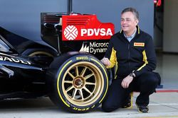 Mario Isola, Pirelli Racing Manager and the Lotus F1 E22 with new 18 inch Pirelli tyres and rims