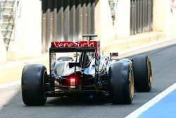 Charles Pic, Terzo pilota Lotus F1 E22 lascia i box con i nuovi pneumatici e cerchioni Pirelli da 18