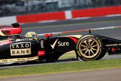 Charles Pic, Terzo pilota Lotus F1 E22 lascia i box con i nuovi pneumatici e cerchioni Pirelli da 18 pollici