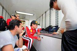 Anthony Lazzaro checando dados com a equipe