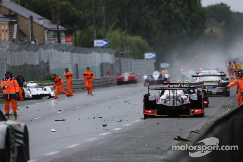 Aftermath of the crash of the #3 Audi Sport Team Joest Audi R18 E-Tron Quattro: Filipe Albuquerque,
