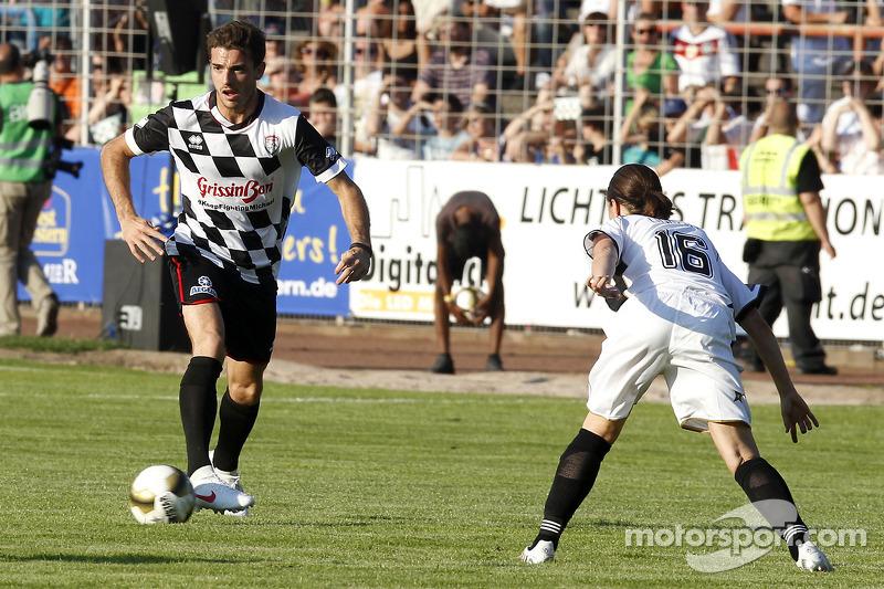 玛鲁西亚F1车队的朱尔斯·比安奇在车手对明星慈善赛上踢球