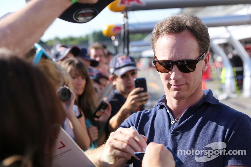 Christian Horner, Red Bull Racing Takım Patronu taraftarlar için imza dağıtıyor