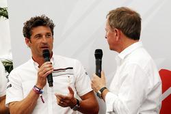 帕特里克·邓普西,演员,参加保时捷超级杯赛车比赛,和Martin Brundle, Sky Sports评论员