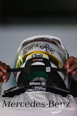 Lewis Hamilton avec son casque et le système HANS