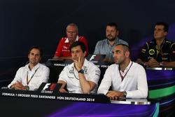 La Conferencia de Prensa FIA: John Booth, Marussia F1 Team director del equipo; Paul Hembery, Pirelli Motorsport Director; Federico Gastaldi, Lotus F1 Team Team Director Adjunto; Cristiano Albers, Caterham F1 Team, director del equipo; Toto Wolff, Mercede