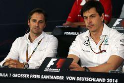 (Da sinistra a destra): Christian Albers, Caterham F1 Team, Team Principal e Toto Wolff, Direttore esecutivo e azionista Mercedes AMG F1 alla conferenza stampa FIA