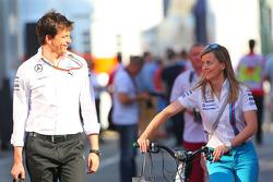 (从左至右): 托托·沃尔夫, 梅赛德斯 AMG F1车队 车队股东兼执行官 与他的妻子苏茜·沃尔夫, 威廉姆斯车队研发车手