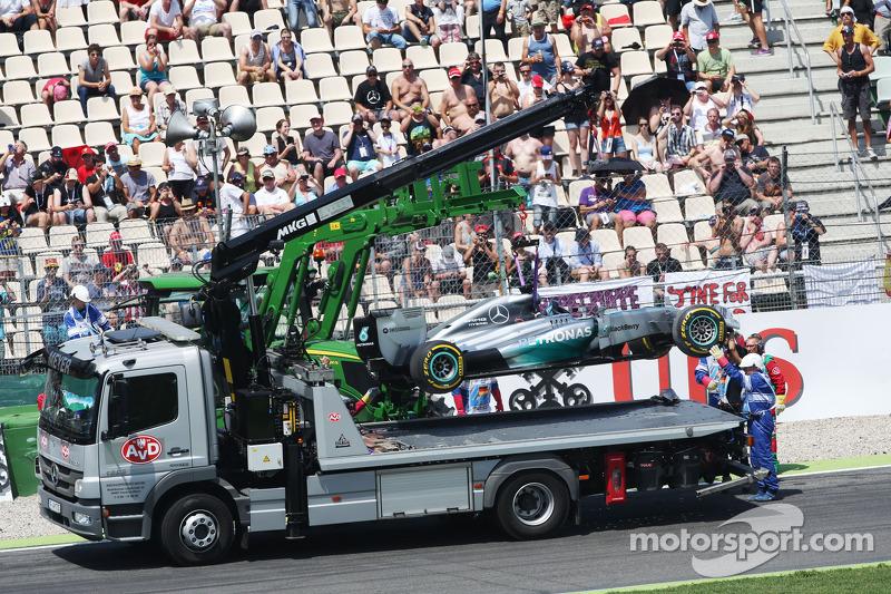 La Mercedes AMG F1 W05 di Lewis Hamilton, Mercedes AMG F1  viene portata via dopo l'incidente durante la prima sessione di qualifiche